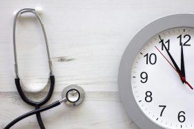 Stetoskop und Uhr als Referenzbild für die Urologie Dr. med P. Markart